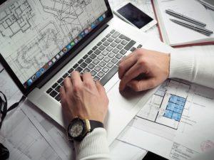 tasaciones en mar del plata hombre con notebook mirando planos